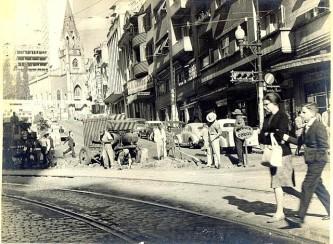 Obras na av. Otávio Rocha esquina com a Rua Dr. Flores, década de 1950-60.