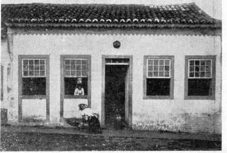 Casa colonial provavelmente em torno de 1940. POAF01008a. Fototeca do Museu Hipólito José da Costa.