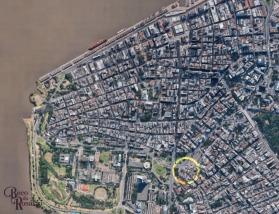 Figura 2. Foto de satélite do Google Earth (10/9/2017) mostrando a área do centro histórico de Porto Alegre. No anel amarelo, a área provável do beco Curral das Éguas na atualidade. Fonte: a pesquisadora.
