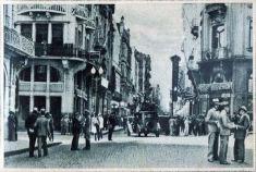 """Ambiente do Largo dos Medeiros no início da década de 1930. In: CARVALHO, Pedro. (Ed.) """"Porto Alegre álbum"""". Porto Alegre: A Noite, 1931. Acervo: MJJF/MCSHJC."""
