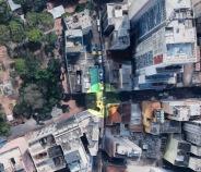 Foto de satélite (Google Maps) com o Largo dos Medeiros marcado em amarelo. À esquerda, a Praça da Alfândega. Autoria da pesquisadora.