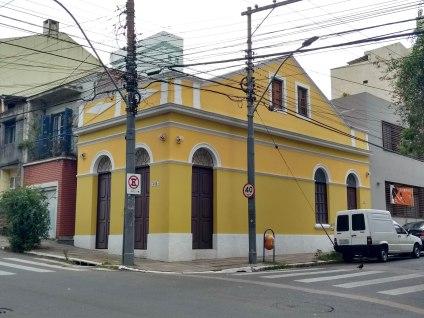 Esquina com permanência de arquitetura da virada do sécs. XIX-XX. Rua Vasco Alves. Foto da Pesquisadora, 2018.