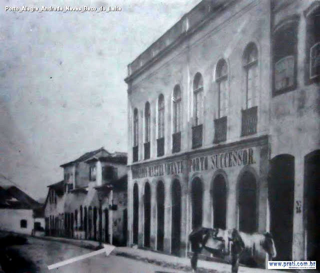 Fotografia do final do século XIX ou início do XX mostrando a Rua Nova, ou atual Andrade Neves, com a esquina do Beco do Leite. A entrada está indicada pela seta. Fonte: prati.com.br